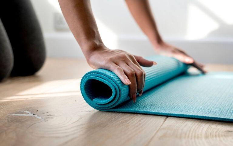 Praticare yoga a casa da soli